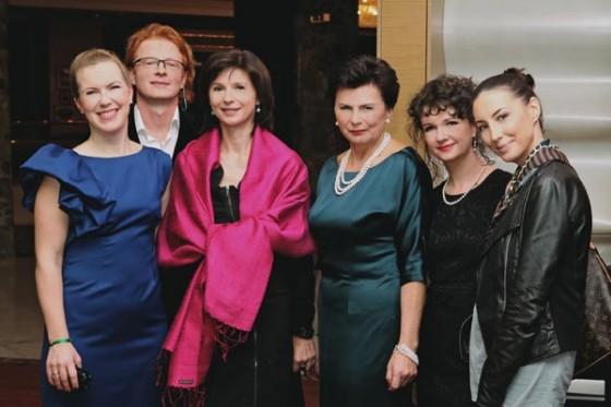 Joanna Missala, Paweł Bukrewicz, Beata Kwaśny, Stanisława Missala, Agnieszka Missala i Anna Ibisz na premierze zapachu Missala Qessence